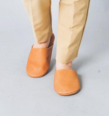 こちらはさらりと履けるスリッパタイプです。幅が広くデザインされているから、足のサイズも気にせずにストレスなく履くことができる。