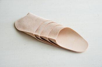 実はこのルームシューズは一枚の皮から出来ています。一枚皮の一か所だけ縫製してできているから、軽くてするりと足に寄り添ってくれる。
