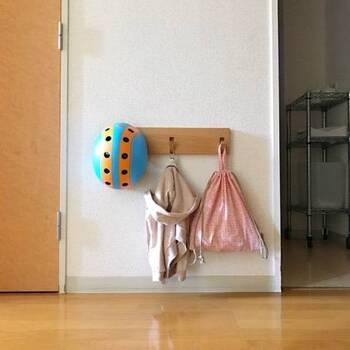 生活のメモさんのお宅では、無印良品の壁に付けられる家具シリーズのフックを使用しています。好きな高さに設置できるので、子どもが使う時は低い場所に取り付けて使うと自分でお片付けできます。
