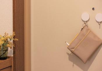 Life Co.さんは、玄関のドアにマグネットフックを貼って、そこへ鍵を掛けてします。忘れ物対策として鍵の上に忘れ物をしたくないものを掛けているそう。鍵を取る時に必ず目にする場所なので、一緒に吊るしておくことで忘れ物を防いでいます。