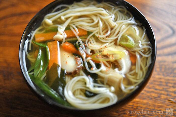野菜も摂れるにゅうめんはホッとする美味しさで昼までの疲れを癒してくれます。スープは保温ジャーに、ゆでた素麺はタッパーに入れて行き、食べる前に麺にスープを注ぎます。スープを注ぐことを考えて、大きめのタッパーを使ってくださいね。食べる前にタッパーに注ぐので、保温容器は魔法瓶やマグでもOKです。