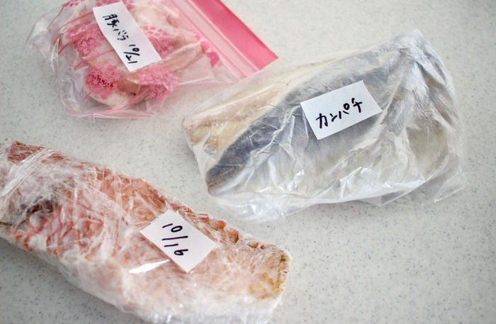 女性に根強い人気のマスキングテープは、いまやキッチンでも必需品。開封した袋などの封を止めるのはもちろん、作り置きや冷凍食品の「中身」や「日付」などを書いておく「ラベリング」にも大活躍します。