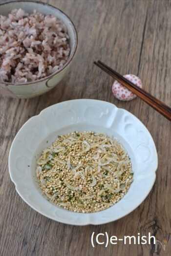 雑穀ご飯を炊かないときも、キヌアふりかけがあれば、栄養がプラスできますね。桜海老や青のりを混ぜて、ご飯が進むうまみもアップ!