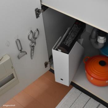シンク下収納が開き戸の場合、扉の裏も活用したいところ。 画像のように扉の裏に粘着フックを取り付ければ、ピーラーやキッチンハサミを吊り下げられます。よく使うキッチンツールは吊り下げておくことでサッと取り出せるので調理の時短にも。
