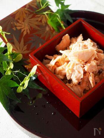 鮭ふりかけは一般的ですが、自家製ならお気に入りの塩鮭を使って、ふんわり豪華なふりかけになります。保存の目安は、冷蔵庫で1週間程度ですが、途中でもう一度、火入れをするのがおすすめです。