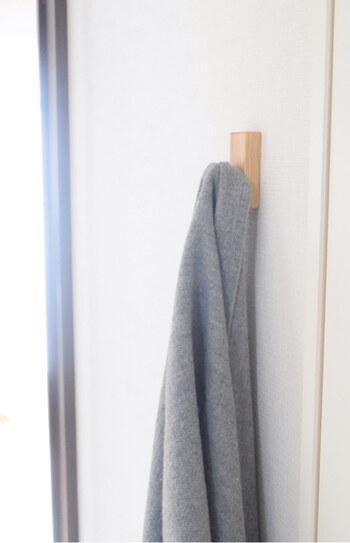 バッグや上着など一時置き場としてフックを活用しませんか? 無印良品の壁に付けられる家具は、外した跡も画鋲の穴程度なので賃貸でも使えます。ソファやテーブルの上に置きがちなものを吊るしておくフックがあると部屋のキレイをキープできます。