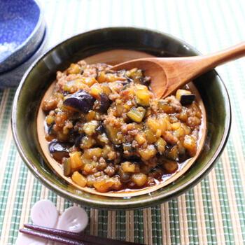 コチュジャン入りの甘辛味のなす味噌そぼろ。ご飯のほか、冷奴やレタス包みにも合います。ひき肉は冷めると脂肪が固まるので、入れ過ぎないのがコツだとか。