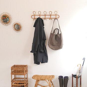 玄関でコートを脱ぐ人は、玄関にコートを掛けるフックがあると便利です。壁にたくさん吊るしているとごちゃついた印象になってしまいますが、おしゃれなフックを選ぶことでインテリアの一部にしてしまいましょう。