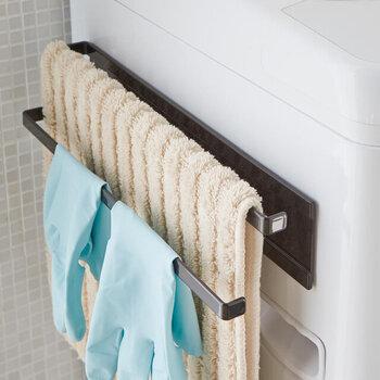 置き場所に困るバスマット。洗濯機にタオルハンガーを付けてそこへ掛けて乾かしませんか? 敷きっぱなしだと衛生的にも心配ですよね。ハンガーに吊るしておけば、乾燥しやすく置き場にも困りません。