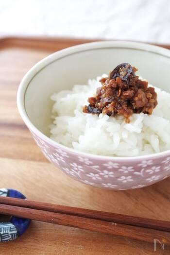 なすやきゅうりのパリパリ感がうれしい、金山寺味噌風のおかず味噌。ヨーグルトメーカーを使うので、おまかせでできます。こちらのレシピでは野菜と麹を混ぜて発酵させていますが、金山寺味噌のヨーグルトメーカーでの作り方には、野菜を塩もみしてあとから味噌に混ぜる方法もあるようです。