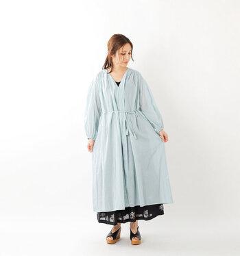 ミントグリーンカラーでちょっぴり透け感のある、薄手生地のガウンワンピース。ワンピースやロングスカートとのレイヤードで、女性らしく季節感のある着こなしが楽しめます。生地を重ねて着用するカシュクールデザインで、羽織るだけでも大人っぽさ抜群のコーディネートに◎。