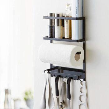 狭いキッチンではできるだけ収納スペースを上手に使いたいですよね。冷蔵庫の横に貼り付けて使う、マグネットタイプのフックが便利。  こちらの商品はtower(タワー)の「マグネット冷蔵庫サイドラック タワー」。ラックとキッチンペーパーホルダー、6連フックが付いているのでたっぷり収納できます。フックには輪ゴムや鍋つかみ、よく使うキッチンツールを吊るしておきたいですね。