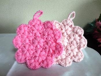 リフ編みを応用すると、繊細な小花が敷き詰められた花びら形のアクリルたわしも作れちゃいます。ぜひトライしてみてください。