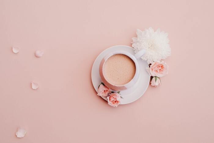 女性らしい可愛らしさを感じさせる色が「ピンク」。 身につけることで、攻撃的な心理状態を和らげ、優しい気持ちにしてくれるといわれています。