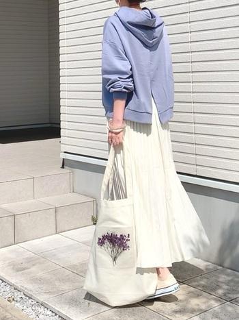 女性らしさが漂うパステルパープルは、ノーブルな美しさが魅力。エレガントな色合いを、あえてカジュアルで取り入れることで、こなれた着こなしに仕上がっています。  フーディ×ロングスカートでまとめた、ほんのりレディな着こなしが素敵。
