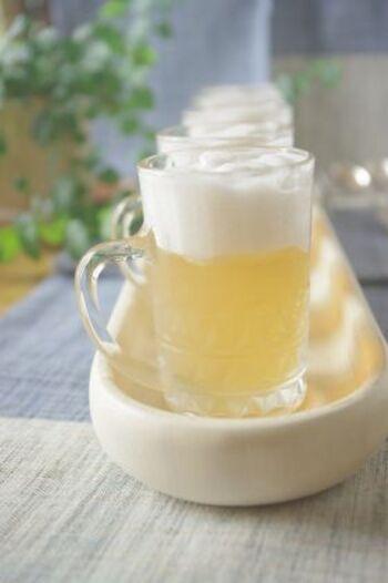 ビールのゼリーは清涼感があって、これからの季節にとてもおすすめ。泡は、桃缶のシロップや、パイン・りんごなどのジュースにゼラチンを入れて泡立てます。本物の生ビールのような見た目も楽しいですね。