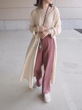 ピンクを大人っぽく取り入れるなら、思い切ってカラーパンツを選んでみては。とろみ素材のパンツは、女性らしさも漂わせるハンサムコーデをつくってくれます。パンツ以外をアイボリーでまとめれば、明るく洗練された雰囲気に。