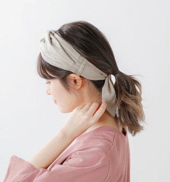 巻かずにおしゃれに見せたい時は、簡単なひとつ結びにヘアバンドをプラスしてみて。気になる人は毛先だけ巻いても◎。