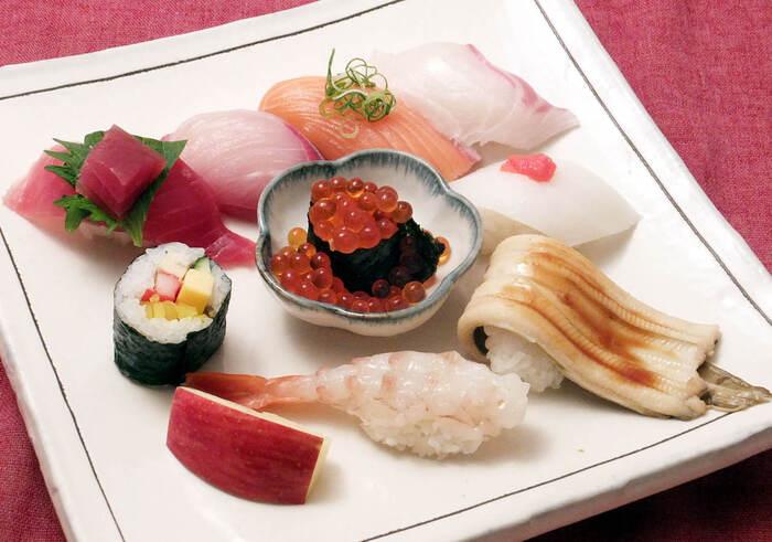 魚心の特徴はネタの大きさ!シャリから垂れるほど大きく、いくらの軍艦巻きはいくらがこぼれるほど。また、ネタの上にさらにネタが乗っていたり、シャリをネタで巻いていたりなど独創的です。このボリューミーでネタのおいしさを存分に味わえる寿司は「ぶっちぎり寿司」と呼ばれています。ランチでは赤出汁が付いた定食で楽しめますよ。