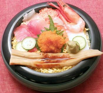 ランチで特に人気なのは海鮮ちらし。握り同様に大きなネタが乗った、満足度もコスパも高いちらし寿司です。こちらも赤出汁付き。