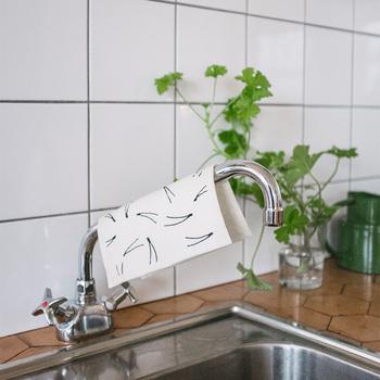 お子さんのいるご家庭なら、ジュースをこぼしてしまった時なども抜群の吸収力でサッと拭き取れます!速乾性にも優れているので、使ったあとは洗って干すだけ。煮沸消毒もできますし、洗濯機で洗ってもOK。衛生的で繰り返し使える優れものです。