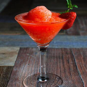 これが日本酒?!と驚いてしまう洋風アレンジカクテル。冷凍イチゴをミキサーで砕けば、簡単にフローズンカクテルが作れます。日本酒の甘い風味とイチゴの甘みが口に広がります。