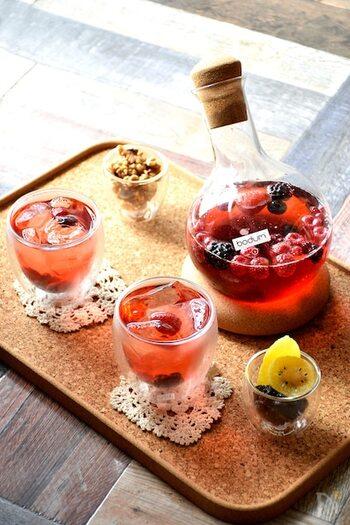 ミックスベリーは、冷凍タイプでもOK。グラスにベリーを入れて、スパークリングワインを注ぐだけでロゼワインのような甘酸っぱい味わいに。見た目も華やかで気分を高められる可愛いカクテルです。