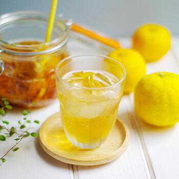 使うのは安いブランデーでOK。ゆずと一緒に漬け込んだフルーツブランデーは、ロックや炭酸割など、お好みの方法で飲んでください。料理にも使えるので、まとめて作っておけば2~3日楽しめますよ。
