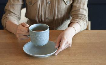 ヘリンボーンの模様がかわいいマグカップは、少し大きめ。たっぷりのコーヒーやお茶を淹れて、ほっと一息つけばおうちカフェ気分が楽しめそう。絶妙なニュアンスカラーややわらかなフォルムにも癒されます。