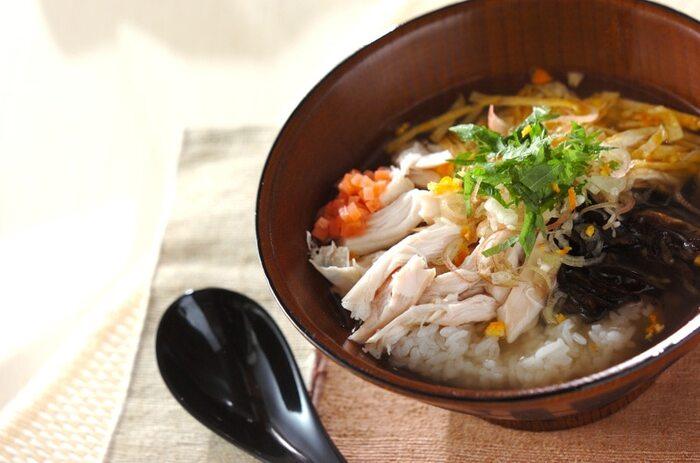食欲がない時にも食べやすい、鶏飯をお弁当にも。かけ出汁を分けて持って行き、食べる前にかけることでサラッとした美味しさが楽しめます。かけ出汁は常温でも美味しくいただけるので、水分OKのタッパーなどで気軽に持って行くことができます。