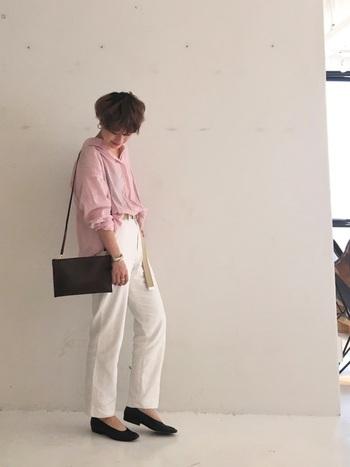 可愛らしいピンクのシャツにホワイトのパンツを合わせて程よくカジュアルダウン。ホワイトパンツなら鮮やかな色も爽やかに受け止めてくれますね。足元は黒で締めて可愛さだけにならないように調節しているところが◎。
