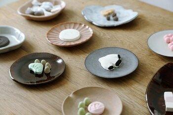 甘いお菓子が好きなお母さんには、見た目のかわいい和三盆をプレゼントしてみるのも◎洋菓子でも良いけれど、ブローチのようにかわいい和三盆なら特別な感じがします。
