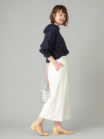 カジュアルな印象のパーカも、白のバギーパンツとヒールで女性らしく。ワンマイルコーデも、上品な印象になりますね。