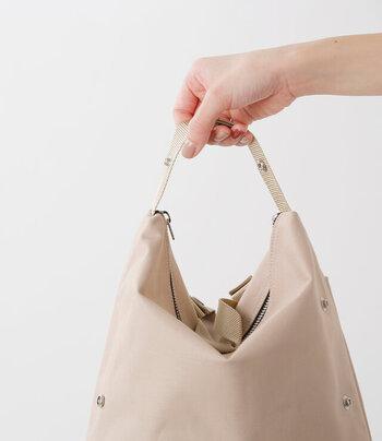 ボタンをとめて形を変えれば斜めがけショルダーバックや手提げにもなる優れもの。シンプルだけど機能的なバッグです。