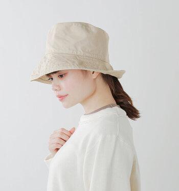 日焼けが気になる季節に、おしゃれに紫外線対策が出来る帽子を贈ったら喜ばれそう。洗いをかけた風合いのあるコットン地で、カジュアルな雰囲気です。ちょっと買い物に行く時や、洗濯物を干す時にもさっと被れます。