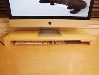 なんと、飼っているねこさんがキーボードの上に横たわらないようにするための対策も兼ねているそう。nice idea!