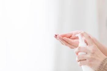 メイクを始める前に、まずはしっかり保湿。肌が乾燥するとメイク崩れの原因となります。乾燥肌の方は化粧水・美容液・クリームを丁寧に重ねて、しっかり水分をチェージして。