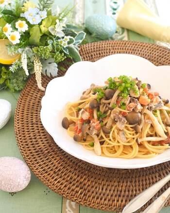 サバ缶、トマト、きのこ、3つの食材で作るシンプルパスタ。素材の味を活かすため調味料での味付けはほんのりと。サバ缶は汁ごと余さず利用することで栄養価も旨味もアップします。