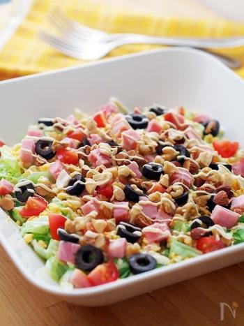 「天然のサプリメント」とよばれているナッツ。アーモンドやくるみ、カシューナッツやマカダミアナッツなどのナッツ類には、体に必要な必須脂肪酸、ミネラル類が多く含まれています。ナッツの種類によって栄養素が違うため、その効果をバランスよく摂取できるのが「ミックスナッツ」です。塩分を抑えるために、「無塩のもの」を選ぶのもポイントです。ナッツはカロリーも高いので、1日に約25gまで(片手一杯分くらい)を目安に食べるのがおすすめ。料理に使うだけでなく、小腹がすいたときにお菓子のかわりに食べるのもおすすめですよ。ちなみに、ピーナッツはナッツ類ではなく「豆類」です。アレルギーに注意しないといけない食品なので、注意してつけてくださいね。