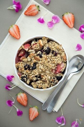 最近よく耳にする「オートミール」でも、一体オートミールって何なの?と思う方も多いのではないでしょうか。オートミールとは「オーツ麦」とよばれる穀物を調理しやすくしたものです。オートミールはとても栄養価が高く、食物繊維や鉄分、たんぱく質が玄米の2倍含まれており、他にもカルシウムやビタミンB1などの栄養素も含んでいるのです。オートミールは、「腸内環境を改善」するのに注目されています。水溶性食物繊維と、不溶性食物繊維の2種類の食物繊維が理想的なバランスで含まれているのです。また、血糖値の上昇をゆるやかにし、脂肪になりにくいといわれている「低GI食品」です。時間のない朝に、簡単に食べれて、からだにもいいオートミール。挑戦してみてはいかがでしょうか?