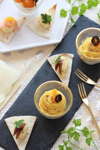 ゆで卵をしっかりすり潰してペースト状にしてベトナムの魚醤ヌックマムを加え、アンチョビや生ハムを添えて。フワフワの口当たりと程よい塩気がお酒にピッタリ。トルティーヤやクラッカーと一緒に食べると美味しさアップです。