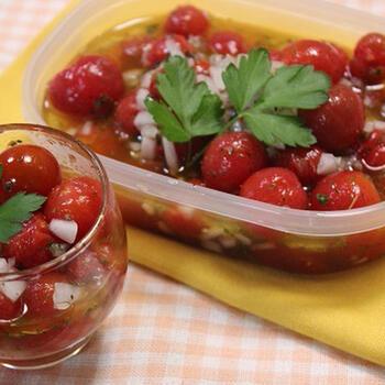マリネ液にハーブやオリーブオイルを合わせて、ミニトマトを漬け込んでおくだけ。すぐに食べることもできますが、しっかり馴染ませることで美味しさがアップします。事前に2~3日ほど仕込んでおくと◎