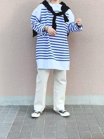 ブルーのボーダートップスに、黒のカーディガンと白のストレートパンツを合わせたフレンチマリンな着こなし。白を基調にコーデを組むとより爽やかさが増して、季節感を感じられます。トップスはメンズアイテムなので、お尻や太ももなど気になる部分を隠せるサイジングがいいですね。