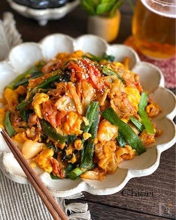 発酵食品であるキムチに含まれる乳酸菌は、植物性乳酸菌で、動物性乳酸菌(ヨーグルトなど)よりも生きたまま腸に届きやすいというメリットがあります。キムチの乳酸菌は、腸内の善玉菌を増やし大腸の調子を整える効果が期待できます。そのまま食べても美味しいし、いろんな料理にも使えるので冷蔵庫にキムチを置いておくのもいいですね。