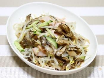 舞茸は、カロリーも低く、きのこ類の中でも特に栄養価が高いといわれています。舞茸に含まれる食物繊維には免疫力をアップする効果があり、他にも血圧・血糖効果作用や、骨や筋肉を丈夫にしてくれる作用のある栄養素も含まれています。スーパーでもお手頃に手に入るきのこ。サラダに入れたり、お味噌汁に入れたり、塩胡椒で軽く炒めるだけでも美味しく食べれるので、ぜひ日々の食事に取り入れてみてくださいね。