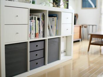 整理整頓に便利な「FLARRA」「DRÖNA」。生活感の出やすい細々としたものをすっきり収納することができます。IKEAのKALLAX(カラックス)のシェルフユニットに収まるサイズなので、引き出しのように使うのもおすすめです。