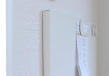 真っ白なシンプルなデザインでお部屋の雰囲気をじゃましないのも◎家族で共有したり、子供部屋で学校のプリントを貼ったり、おうちにひとつあると便利です♪