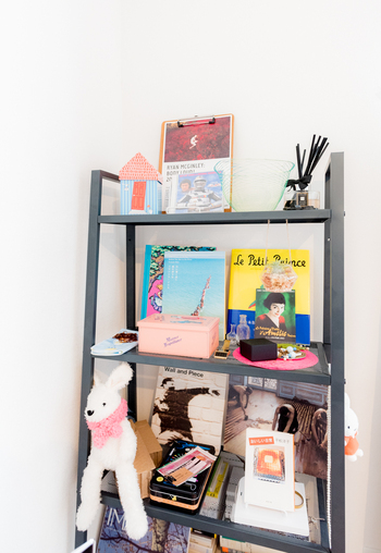 オープンシェルフ「LERBERG」は、すっきりとしたデザインなので圧迫感なく使えます。棚板は上から徐々に広くなっていくため、バランスよく収納できます。おうちの小物や本、コレクションなどを飾って、おしゃれな見せる収納を楽しめますよ♪