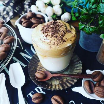 ダルゴナコーヒーの「ダルゴナ」とは韓国語で「カルメ焼き」という意味。カルメ焼きと同じように作ることで、甘くてふわふわのコーヒーになるんです♪韓国だけでなくSNSを中心に日本でも人気を集めています。