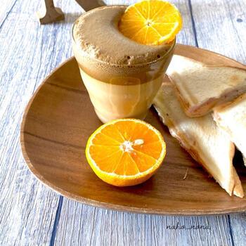 柑橘系をトッピングしたダルゴナコーヒーは、さわやかな香りいっぱいで朝のコーヒーの代わりにもぴったり。こちらではデコポンをトッピングしています。